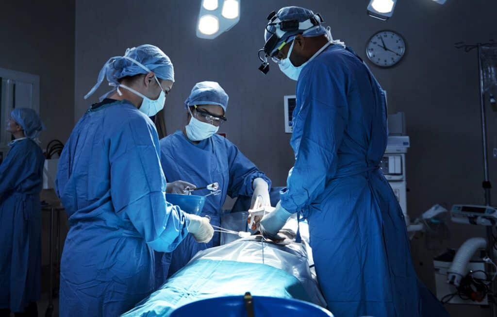 Un cirujano estético certificado por la Junta Estadounidense de Cirugía Estética para realizar procedimientos seguros para el paciente.