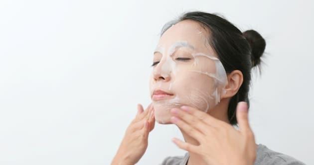 Mujer haciendo cuidado de la piel en wintercare