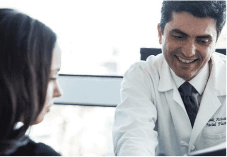 El doctor Azizzadeh consulta al paciente