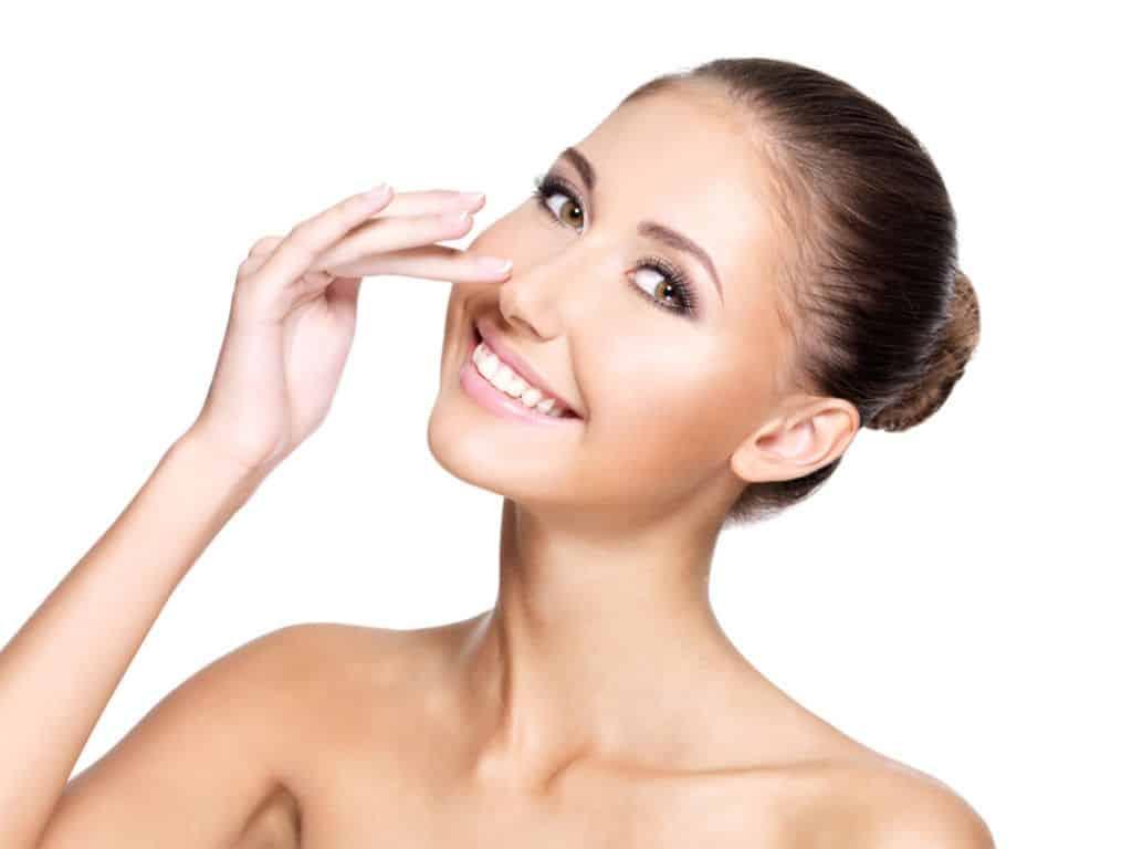 Un cirujano plástico utiliza un relleno a base de ácido hialurónico para remodelar la nariz sin incisiones ni tiempo de recuperación.
