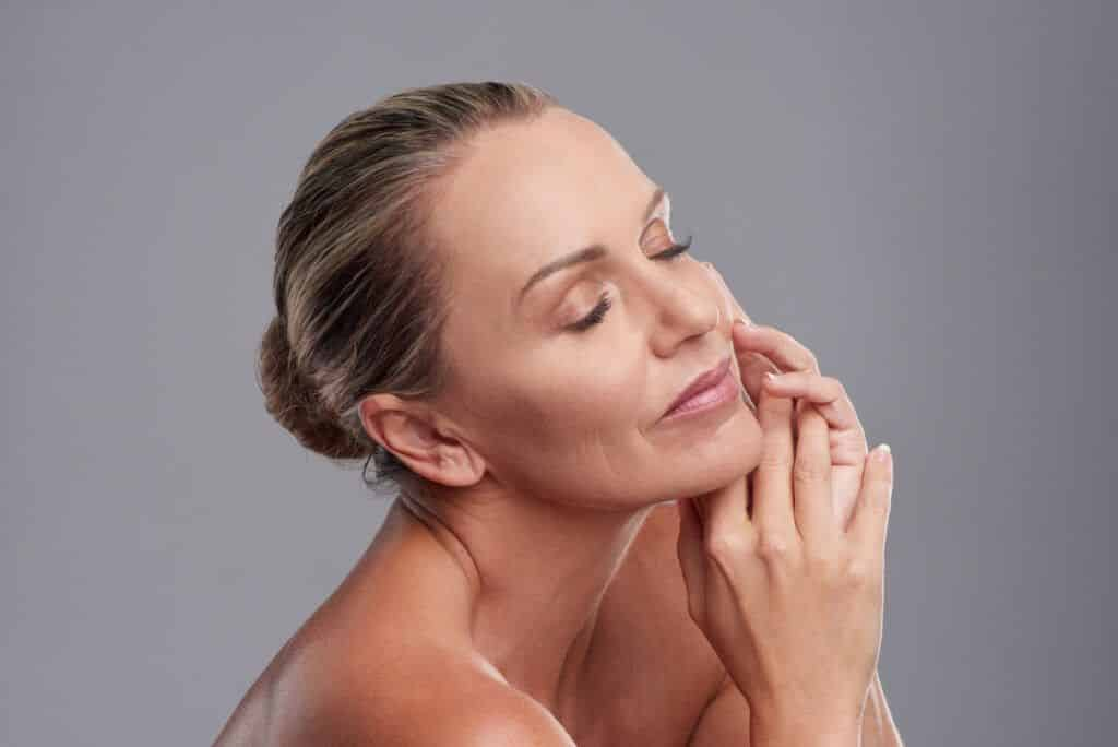 Mujeres que obtienen una piel hermosa a través del rejuvenecimiento con láser