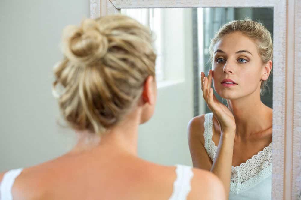 Desde piel sensible hasta acné, y desde manchas oscuras hasta líneas finas y arrugas, echemos un vistazo más de cerca a algunos de los problemas cutáneos más comunes.