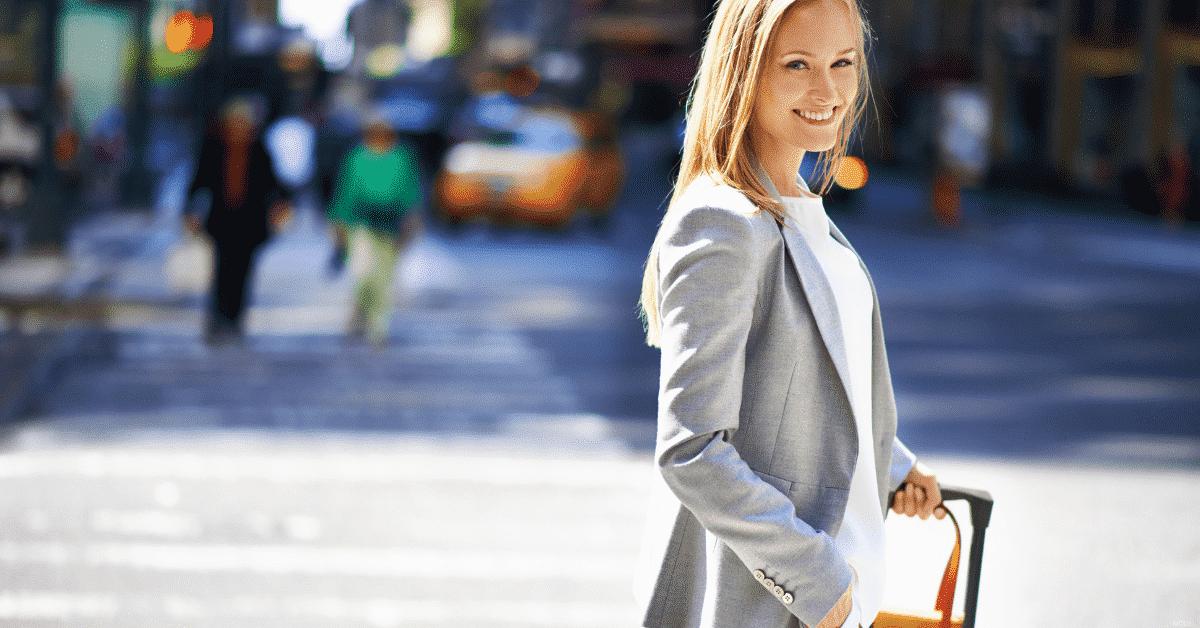 mujer sonriente con maleta